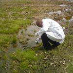 Técnico do CEPPA coletando amostra da água para análise físico-química, objetivando analisar o índice de Potabilidade